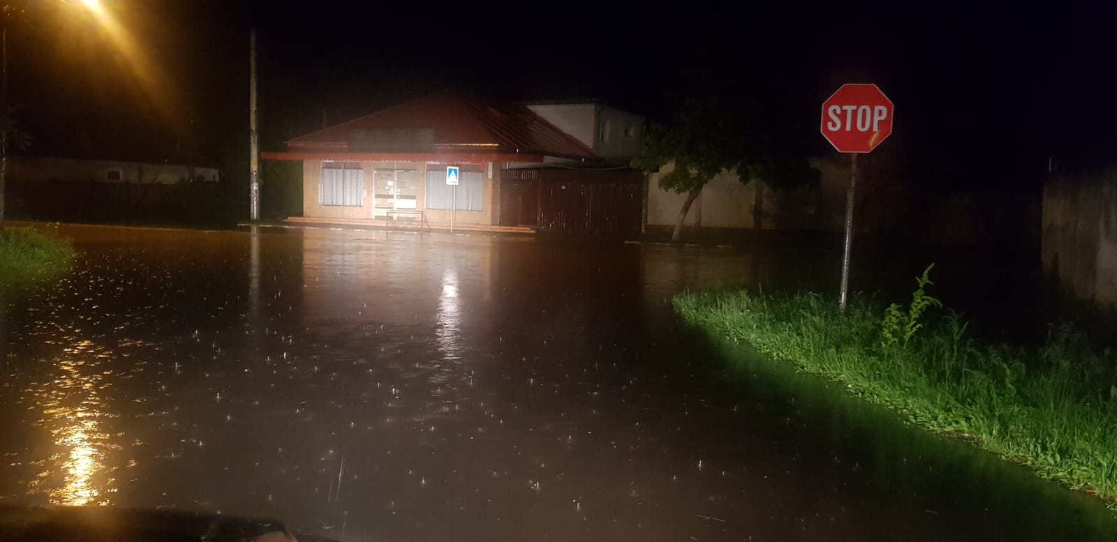 Photo of Trei solicitări pe 112, în urma fenomenelor meteorologice severe de noaptea trecută.O singură intervenție a pompierilor militari ,la Roșiorii de Vede